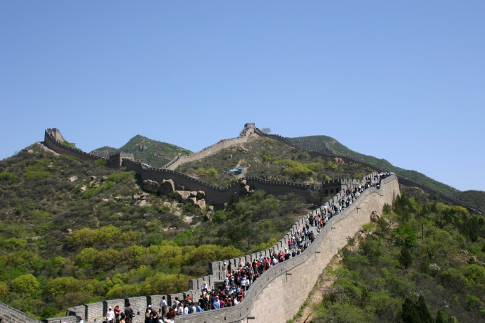 tourist rush at great wall of china